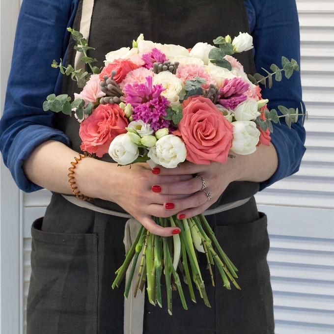 Букет из роз, гиацинтов, тюльпанов, диантусов, лизиантусов и брунии