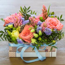 Коробка с розами, гиацинтами, лизиантусами, гиперикумом, статицей иписташем