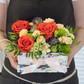 Коробка с розами, лизиантусами, кустовыми гвоздиками ихризантемами «сантини»