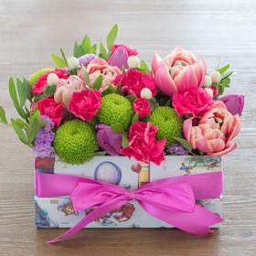 Коробка с тюльпанами, кустовыми гвоздиками, хризантемами «сантини» игиперикумом