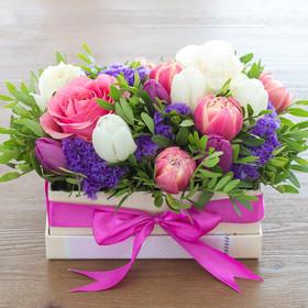 Коробка с розами, тюльпанами, статицей иписташем