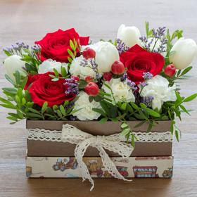 Коробка с розами, тюльпанами, кустовыми гвоздиками, гиперикумом илимониумом