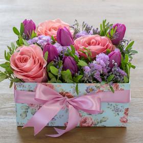 Коробка с розами, тюльпанами, лимониумами, статицей иписташем