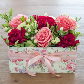 Коробка с розами, диантусами, статицей, гиперикумом иписташем