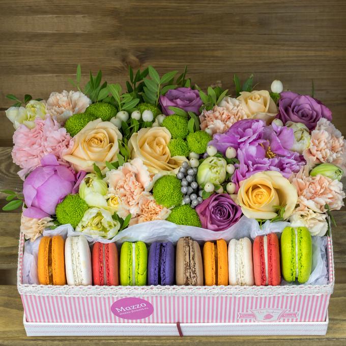 Большая коробка сцветами имакаронами