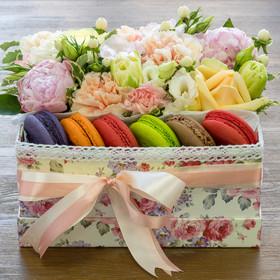Коробка с цветами и макаронами в нежных тонах