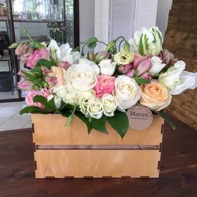 Ящик с розами, лизиантусами, тюльпанами, альстромериями и кустовыми розами