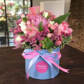 Букет из роз, тюльпанов и альстромерий в маленькой шляпной коробке
