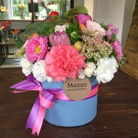 Букет из кустовых роз, тюльпанов и яблок в маленькой шляпной коробке