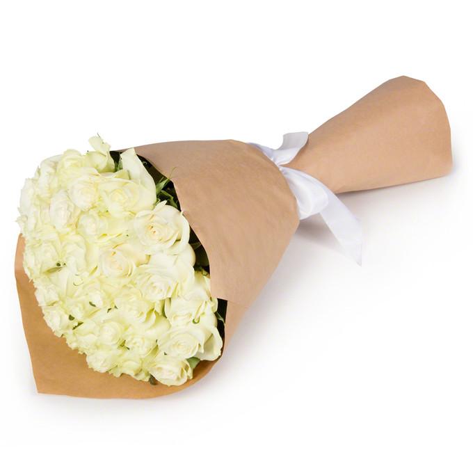 Букет из 35 белых роз в крафтовой бумаге