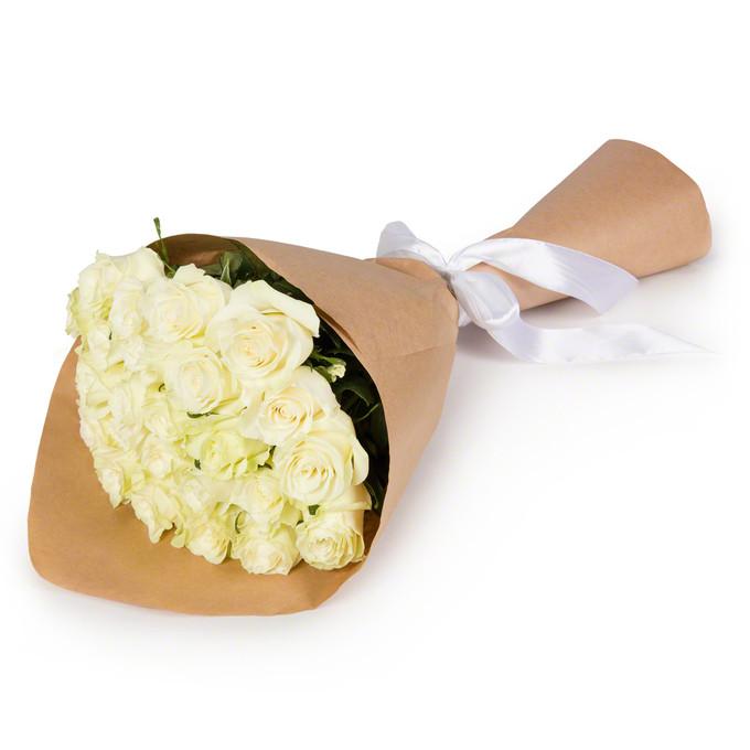 Букет из 25 белых роз в крафтовой бумаге