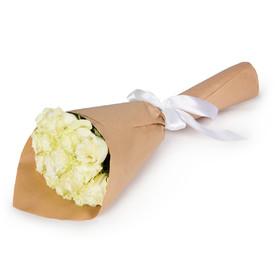 Букет из 15 белых роз в крафтовой бумаге
