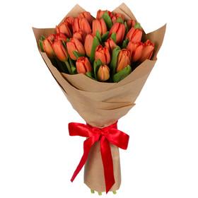 Букет из 25 красных тюльпанов в крафтовой бумаге