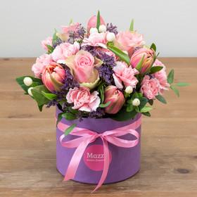 Букет из роз, тюльпанов и кустовых гвоздик в маленькой шляпной коробке