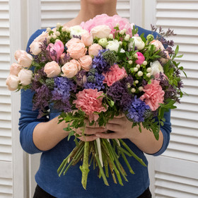 Букет из гортензий, кустовых роз, ранункулюсов, гиперикума и лимониума