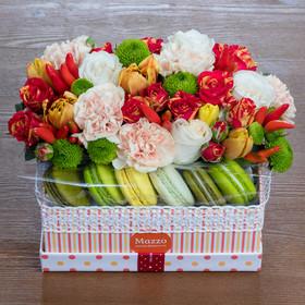 Средняя коробка с цветами и макаронами в ярких тонах