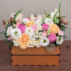Ящик с пионами, розами, лизиантусами, тюльпанами и кустовыми гвоздиками