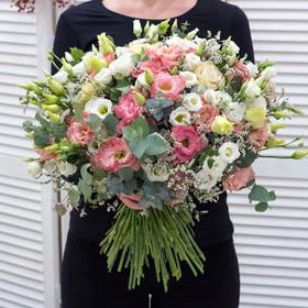 Букет из белых и розовых лизиантусов, лимониумов и эвкалипта