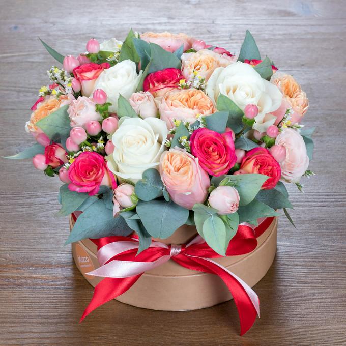 Шляпная коробка с цветами в персиковой гамме
