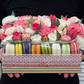 Средняя коробка с цветами и макаронами в розовой гамме