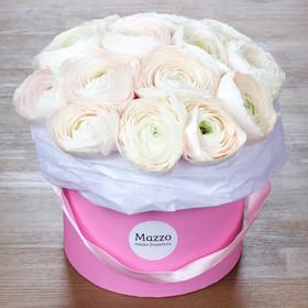 Шляпная коробка с нежно-розовыми ранункулюсами