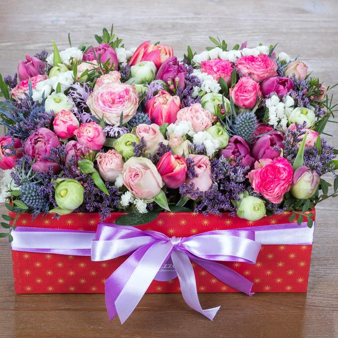 Большая коробка с цветами в розово-фиолетовой гамме
