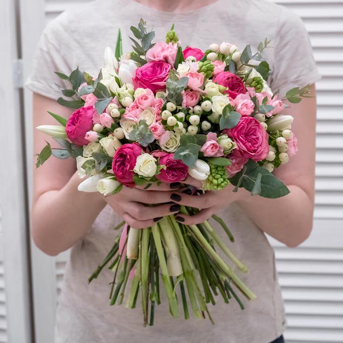 Букет из пионовидных роз, тюльпанов, кустовых гвоздик и гиацинтов