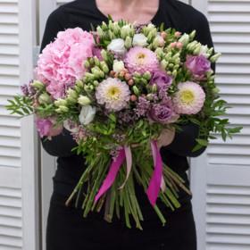 Букет из гортензий, лизиантусов, георгинов и роз