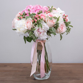 Букет из гортензий, пионов, роз и гиперикума