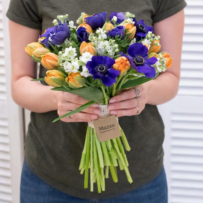 Букет из анемонов, тюльпанов и матиолы