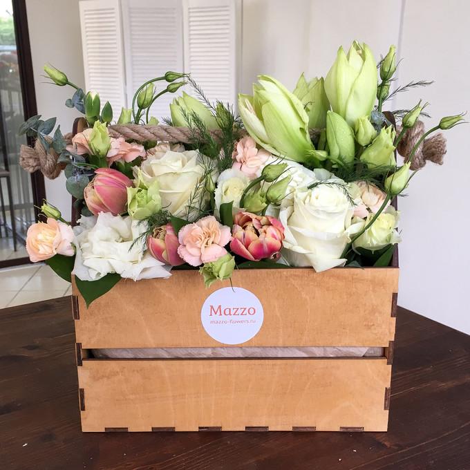Ящик с амариллисами, розами, кустовыми гвоздиками и лизиантусами
