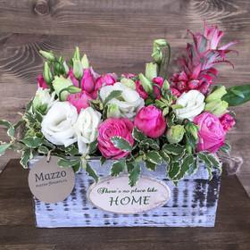 Ящик с кустовыми розами, лизиантусами и ананасом